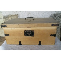Caisse-coffre en bois ancien