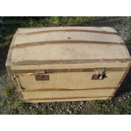 Malle bombée en bois toilé, plateaux à l'intérieur