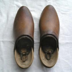 Sabots anciens bois et cuir marron, avec leurs formes