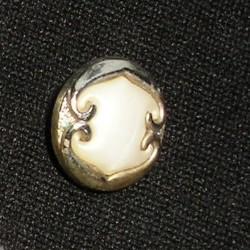 Bouton ancien blanc et métal