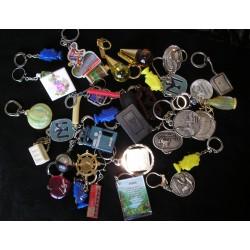 Lot de 33 porte clés divers années 60, vintage