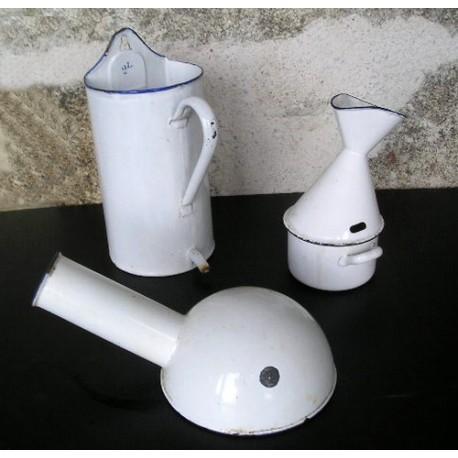 3 objets de médecine, émaillés  blancs