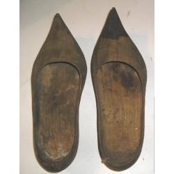 Sabots anciens en bois brut