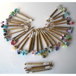 Lot de 34 fuseaux fins anciens en bois et perles