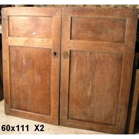Très anciennes portes de placards, bois massif