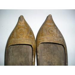 Sabots anciens en bois ciselé