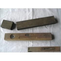 Niveau à bulles ancien-bois et laiton dans sa boite en fer