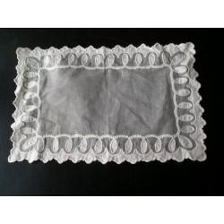 Napperon en linon brodé, XIXème