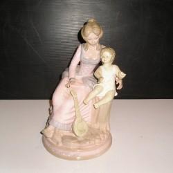 Statuette en porcelaine, femme-enfant, époque romantique